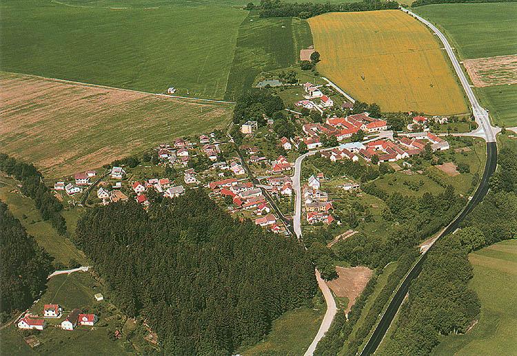 Letecký pohled na obec Mirkovice